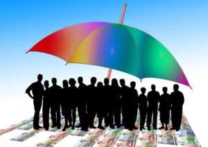Schwarze Personen unter buntem Schirm