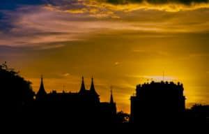 Sonnenuntergang über Dächern