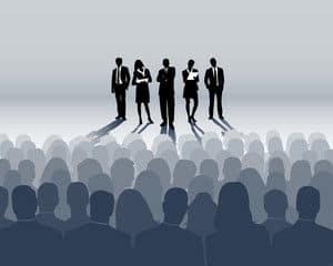 GRAPHIK Menschen auf Bühne vor Publikum